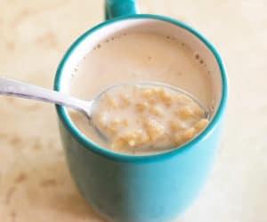 atole de avena in a mug