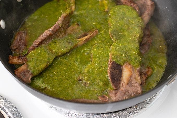 cooking costillas de res en salsa verde